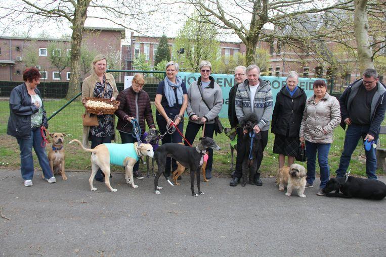 Een tiental honden en hun baasjes kwam de nieuwe hondenlosloopweide deze middag openen.