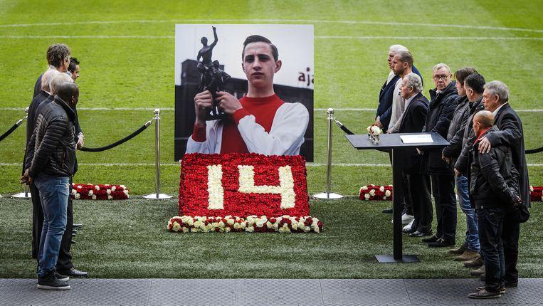 Heitinga (7e van rechts) bij het condoleanceregister voor Cruijff in de Arena Beeld anp