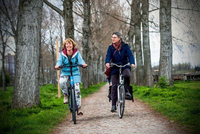 Fietsen door Park Hitland in Capelle en Nieuwerkerk kan nu ook met een nieuwe app erbij. Josien van Cappelle (links) en Liesbeth den Haan namen de proef op de som.