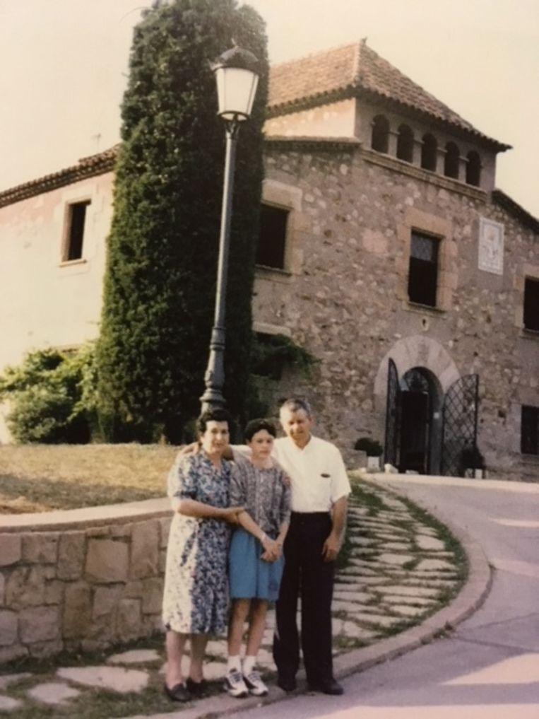 Een foto uit zijn biografie toont Andrés Iniesta voor La Masía met zijn oma en opa. De twaalfjarige bedeesde knaap ziet er niet meteen gelukkig uit.