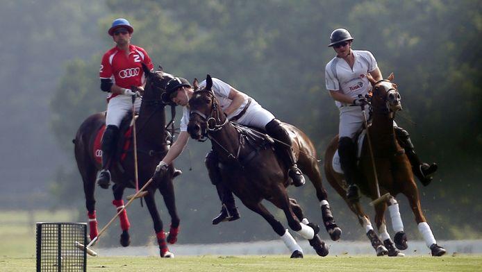 Prins William (in het midden), en prins Harry (rechts) tijdens de polowedstrijd zaterdag.