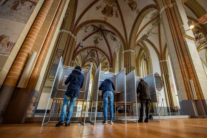Voor het eerst stemmen in de Walburgiskerk in Zutphen.