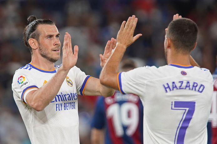 Eden Hazard feliciteert Gareth Bale met het openingsdoelpunt.