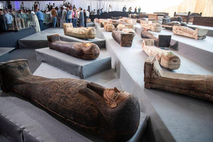 De sarcofagen worden getoond aan de toegestroomde media bij de necropolis.