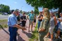 Omwonenden in gesprek met Statenlid Suzanne Zwart (VVD, bloes met motief).