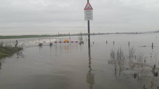 De drempel van de nevengeul die overstroomd wordt.