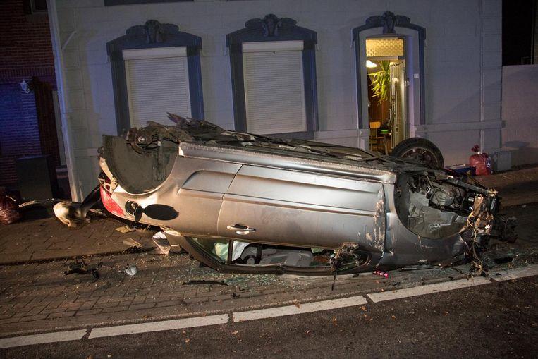 De wagen sloeg in de berm over de kop en verloor daarbij drie wielen.