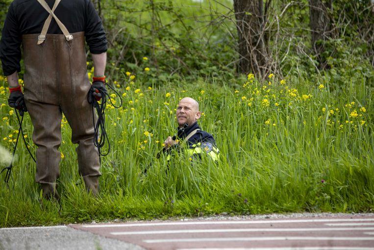 2021-05-20 13:50:56 BROEK IN WATERLAND - Politie doet in het water in Broek in Waterland, vlak boven Amsterdam, onderzoek naar de afloop van de gewapende overval op een waardetransport. Een dag na een wilde achtervolging van de verdachten door de politie in een weiland buiten het dorp. ANP MICHEL VAN BERGEN Beeld ANP