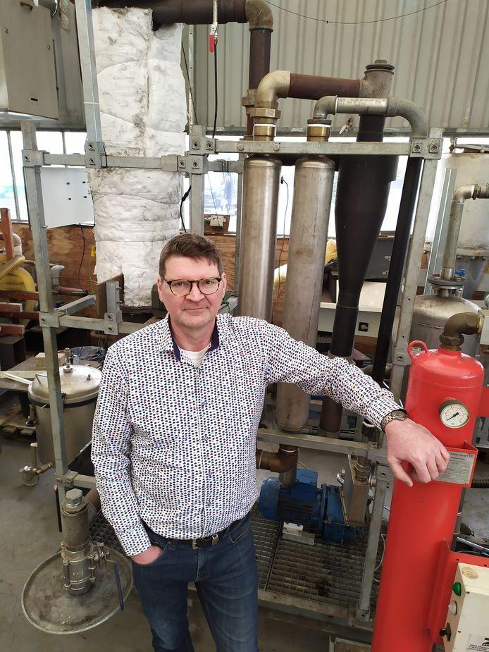 Boskoper Rob Vasbinder met zijn waterstofmachine, die binnenkort bij Vermeulen Groep in Hazerswoude te vinden is.