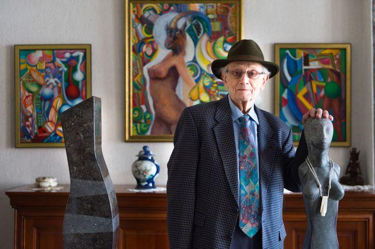 Kunstenaar Frans B. Van Zaelen bij enkele van zijn werken. Niet alleen zijn kunst, maar ook zijn huis zal in de stichting ondergebracht worden.