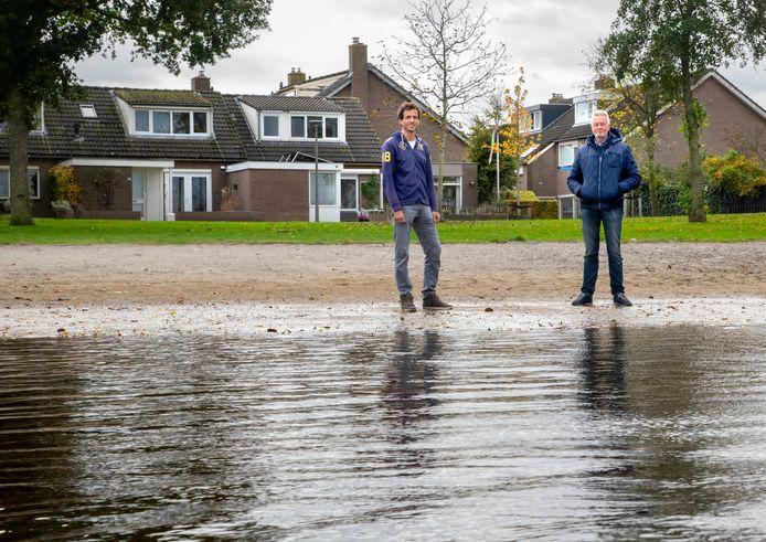 Initiatiefnemers Marcel van de Berg en Ab de Haas (r) willen minimaal 50 woningen in hun wijk in Harderwijk gaan verwarmen met waterwamte uit het Wolderwijd, waar hun huizen aan staan.