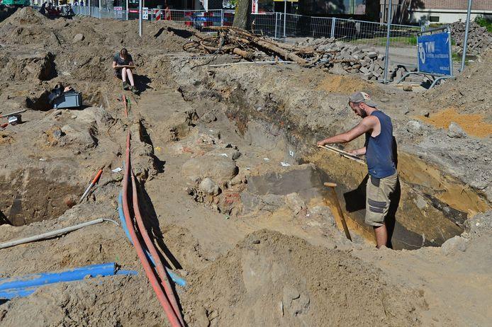 Archeologen zoeken naar resten van de oude stadsmuur.
