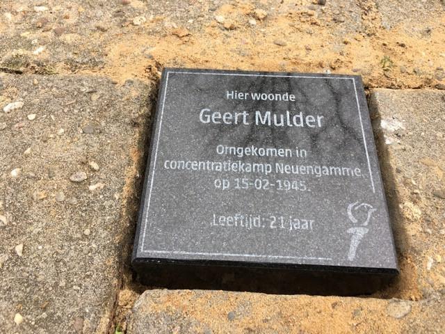 Twee herinneringssteentjes in Vroomshoop, voor oorlogsslachtoffers Mans Fokkert en Geert Mulder.