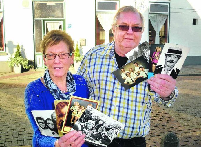 Rien en Mien Heynen met foto's van de artiesten en bandjes die in zaal Geerts hebben opgetreden. In de jaren tachtig was de zaak landelijk bekend om de drive-in shows.foto Frank Timmers