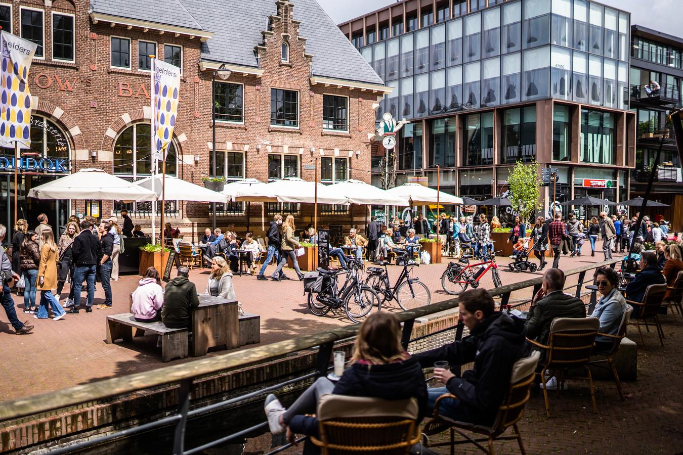 Op het verruimde terras van Dudok aan de Jansbeek genoten veel mensen van een hapje en een drankje in de zon.