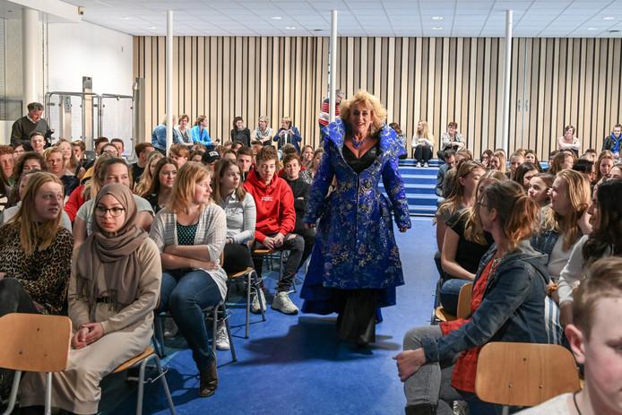 Natuurlijk had Karin Bloemen voor haar optreden in Ermelo weer een bijzondere jurk uit haar kast getrokken.