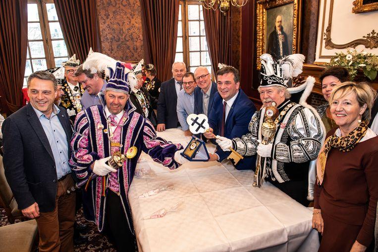 Prins Alexander XXXV, Eddy Packet, en de zesde Regenboogprins van België, Walter 'Snoopy' Mertens gaven de stadssleutel terug aan burgemeester Declercq.