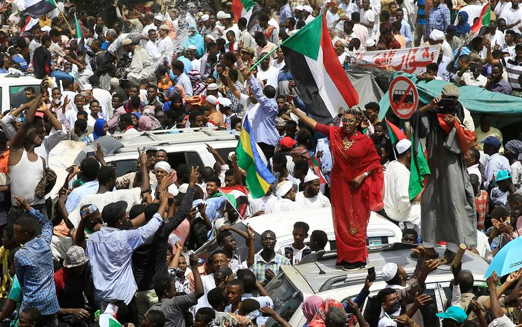Soedanese betogers uiten hun blijdschap over de arrestatie van de afgezette president Omar al-Bashir. Beeld REUTERS
