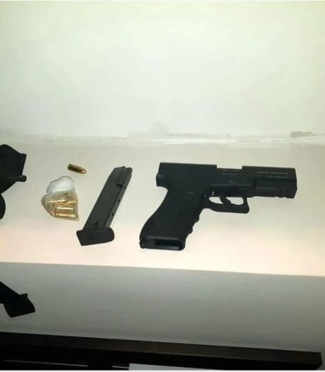 Wapen aangetroffen bij inval in woning aan Zwartsluishof Tilburg, één verdachte aangehouden