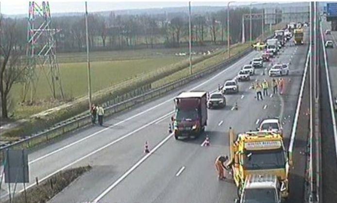 De betrokken voertuigen worden geborgen op de A1.