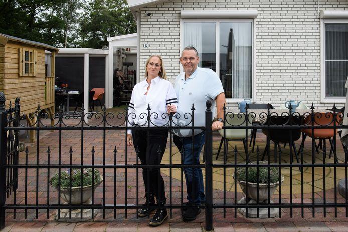 Willem Rast en Jennie Haverhoek bij het woonwagenkampje aan de Dikkersweg.