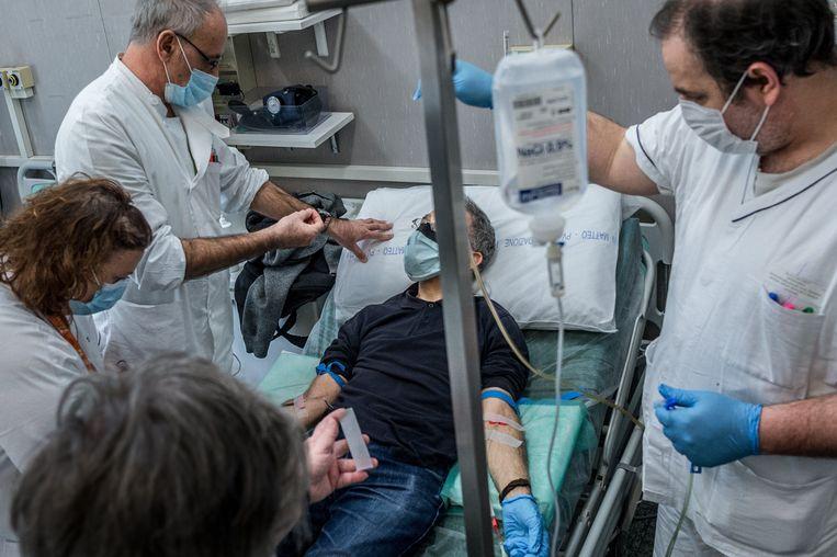 Een bloedtransfusie van een genezen coronapatiënt in Italië  Beeld Photo News