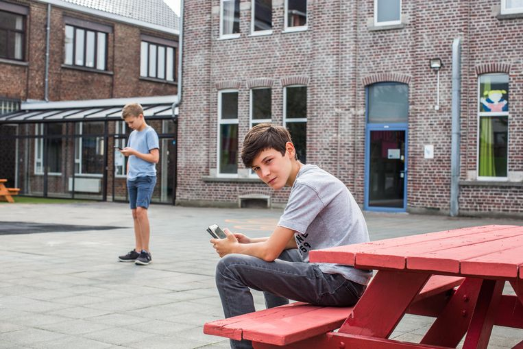 Nathan Hameeuw (12) kreeg zijn smartphone kort voor hij naar het secundair overstapte. Beeld thomas legreve