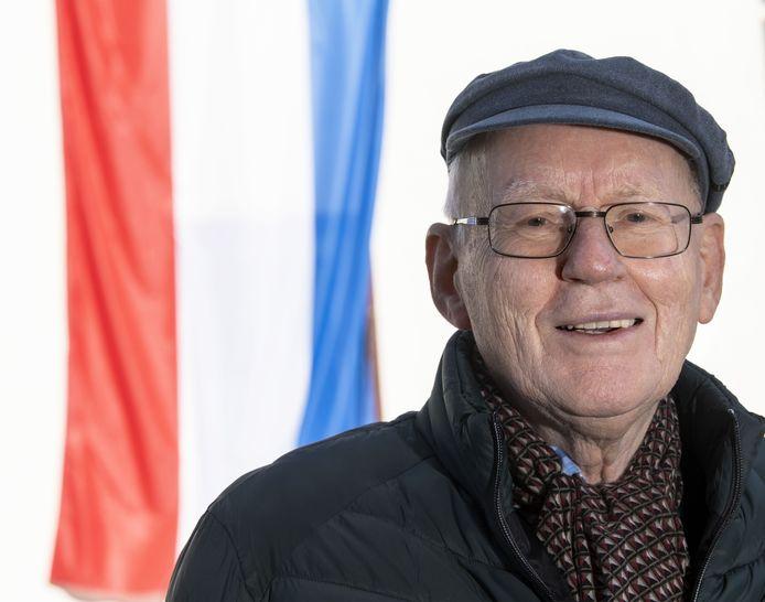 Gronau steekt de vlag uit voor Hollandse bevrijding.  Heinz Krabbe, de initiatiefnemer. Hij heeft vanmorgen de vlag opgehangen bij de oude synagoge. Ook op het Amtshaus en het gemeentehuis van Gronau hangt de Nederlandse vlag