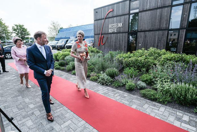 Koningin Maxima samen met eigenaar Gerrit Hesselink.