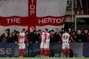 Klaas Wels en spelers van TOP kalmeren de aanhang in de wedstrijd tegen FC Twente.