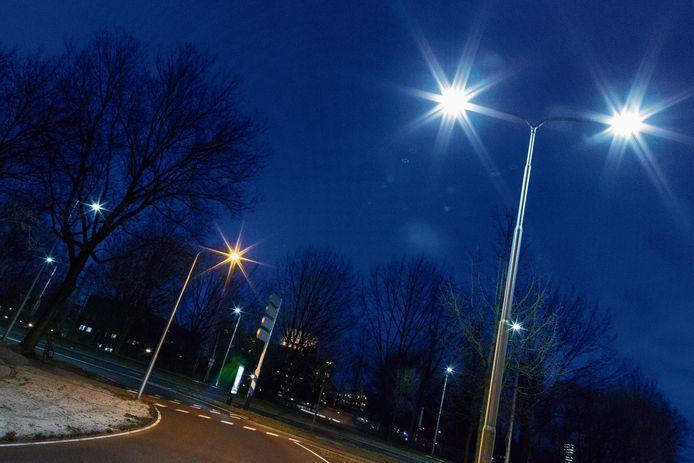 De oude straatverlichting wordt vervangen door energiezuinige led-verlichting.