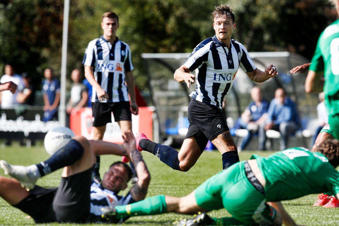 Mats Grotenbreg in actie voor Hercules tegen Jos Watergraafsmeer in de derde divisie zondag.
