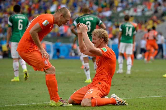 Arjen Robben en Dirk Kuyt vieren de overwinning op Mexico op het WK 2014.