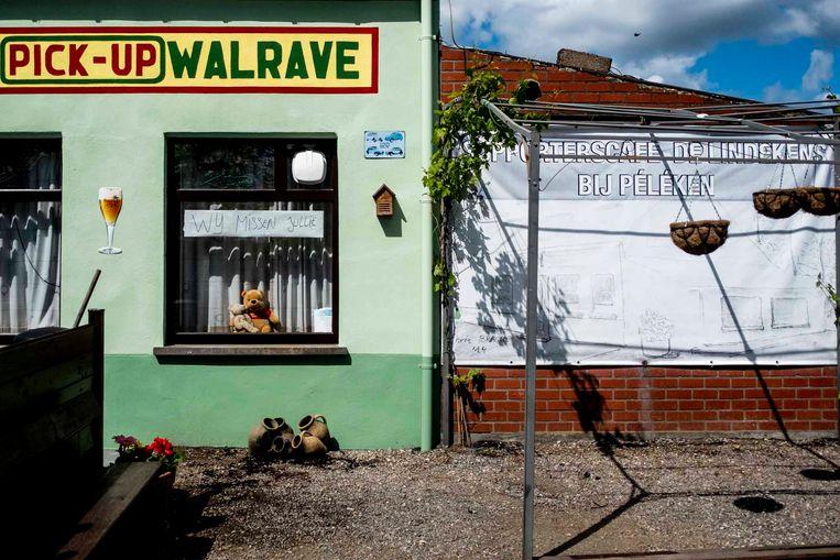 De horeca popelt om weer klanten te kunnen verwelkomen. 'We missen jullie', kleeft aan het raam van een gesloten cafe in Wetteren.  Beeld © Stefaan Temmerman