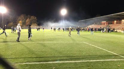Gemaskerde hooligans bestormen veld met knuppels: vrouwenwedstrijd Standard-Anderlecht stilgelegd na rellen