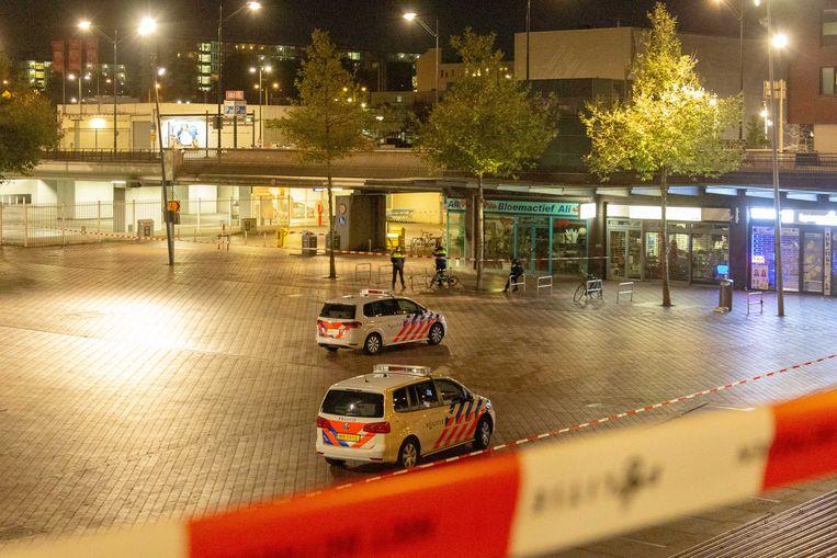 Politie tijdens een andere actie op het Bijlmerplein, waar Yvette Looijs voor het laatst werd gezien. Beeld ANP