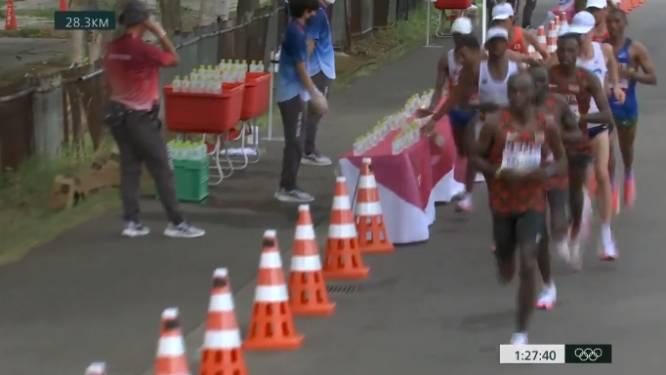 Franse marathonloper die flesjes water van tafel duwde: 'Ik was te vermoeid en de flesjes waren te glibberig'