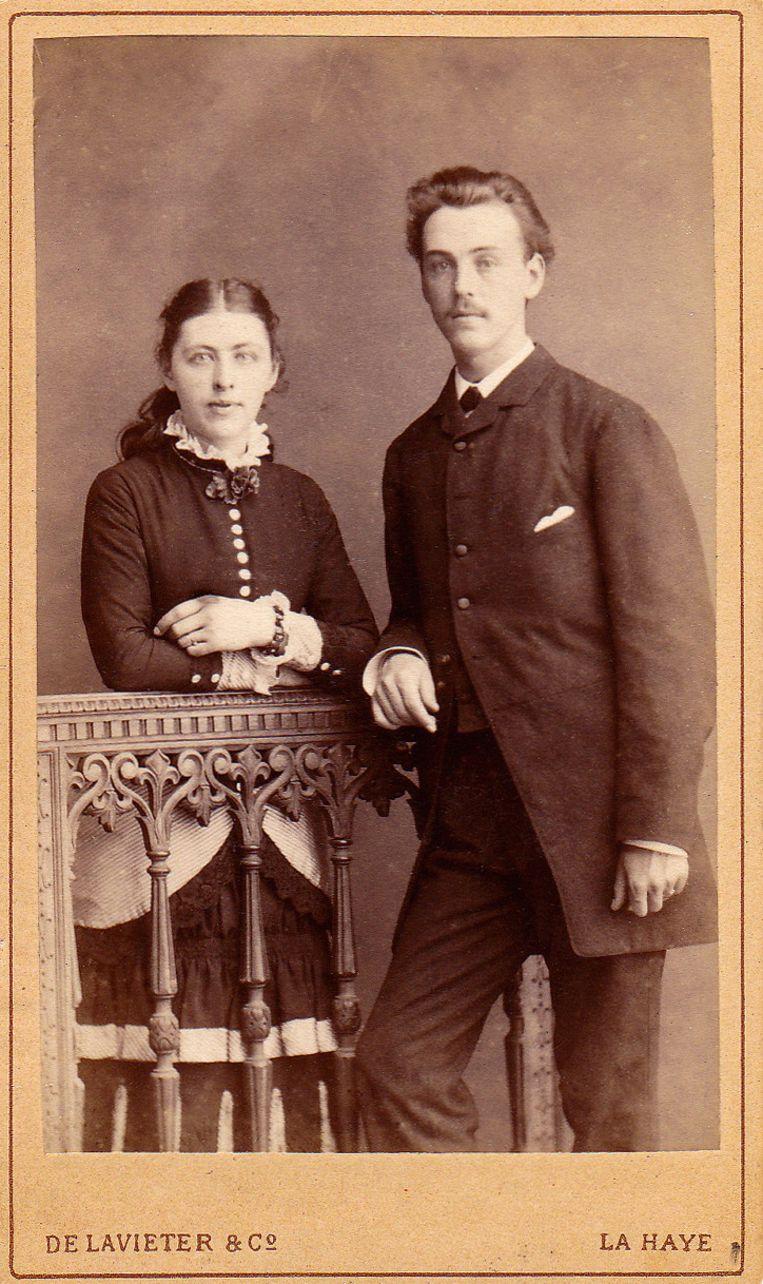 Verlovingsfoto van Johan en Gesina uit 1881. Beeld Kinderboekenmuseum Het Schooltje van Dik Trom