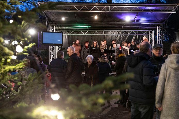 De mensen achter de succesvolle Passion uit Milheeze brengen een prelude op het Kerkplein in Milheeze van een Kerstvariant die in ontwikkeling is genaamd Warm Welkom.