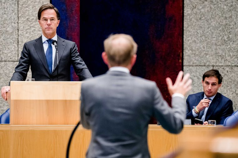 Met name premier Mark Rutte en minister Wopke Hoekstra (rechts, achter Rutte) zouden volgens Paul van Lange in staat moeten zijn wat meer afstand te nemen. Beeld ANP