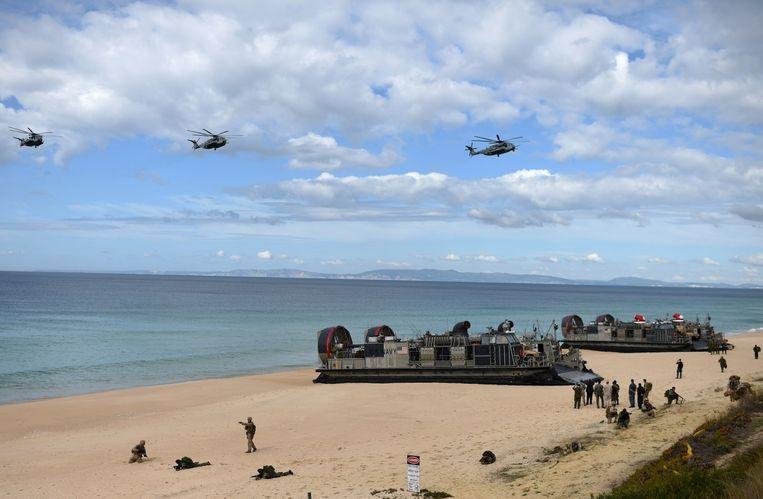 Amerikaanse mariniers landen voor operatie Trident Juncture op een strand ten zuiden van Lissabon. Beeld afp