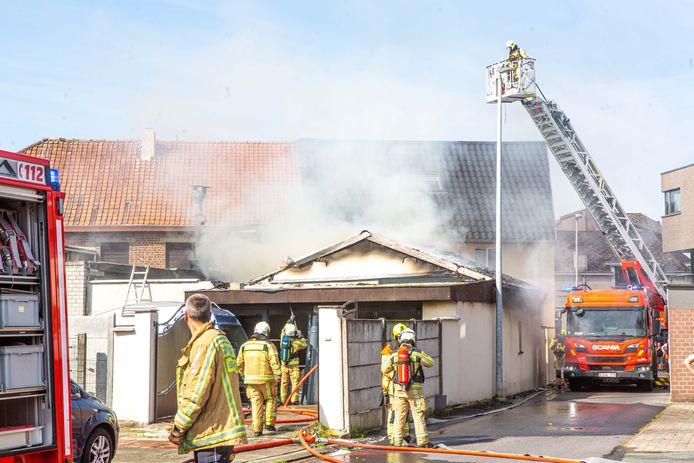 Bij aankomst van de hulpdiensten sloegen de vlammen uit het dak van de achterbouw.