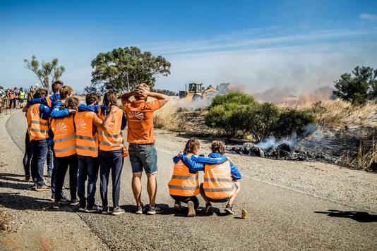 Het team kijkt verbijsterd toe als de auto helemaal uitbrandt.