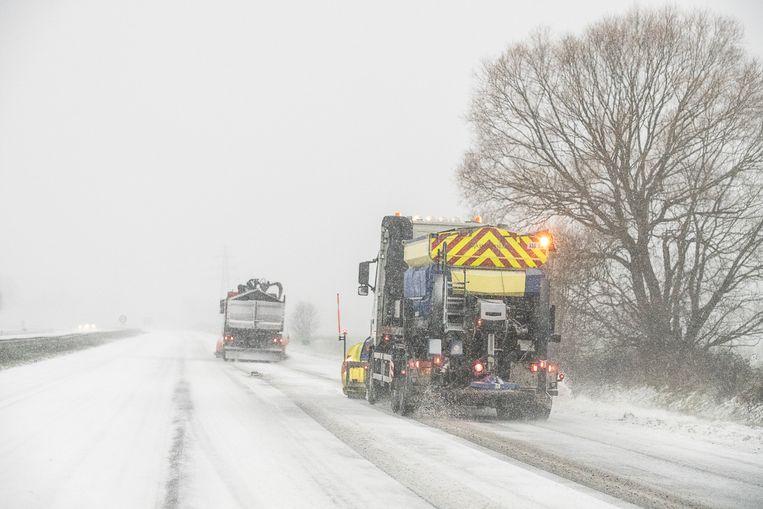 De A28 bij Assen wordt zondagochtend sneeuwvrij gemaakt.  Beeld Harry Cock / de Volkskrant