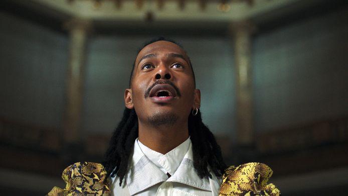 Still uit de clip voor Songfestivalinzending 'Birth Of A New Age': in de clip zitten tal van verwijzingen naar de cultuur van Afro-Surinamers die in de tijd van de slavernij onderdrukt of verboden verklaard werd.