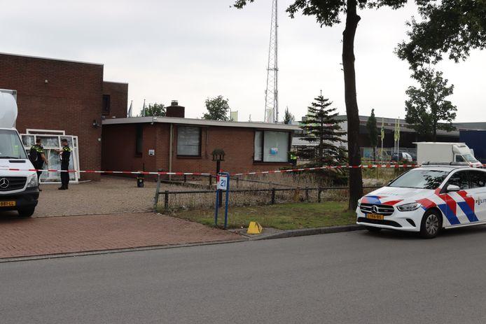 Het bedrijfspand waar een hennepkwekerij is gevonden, is gesloten.