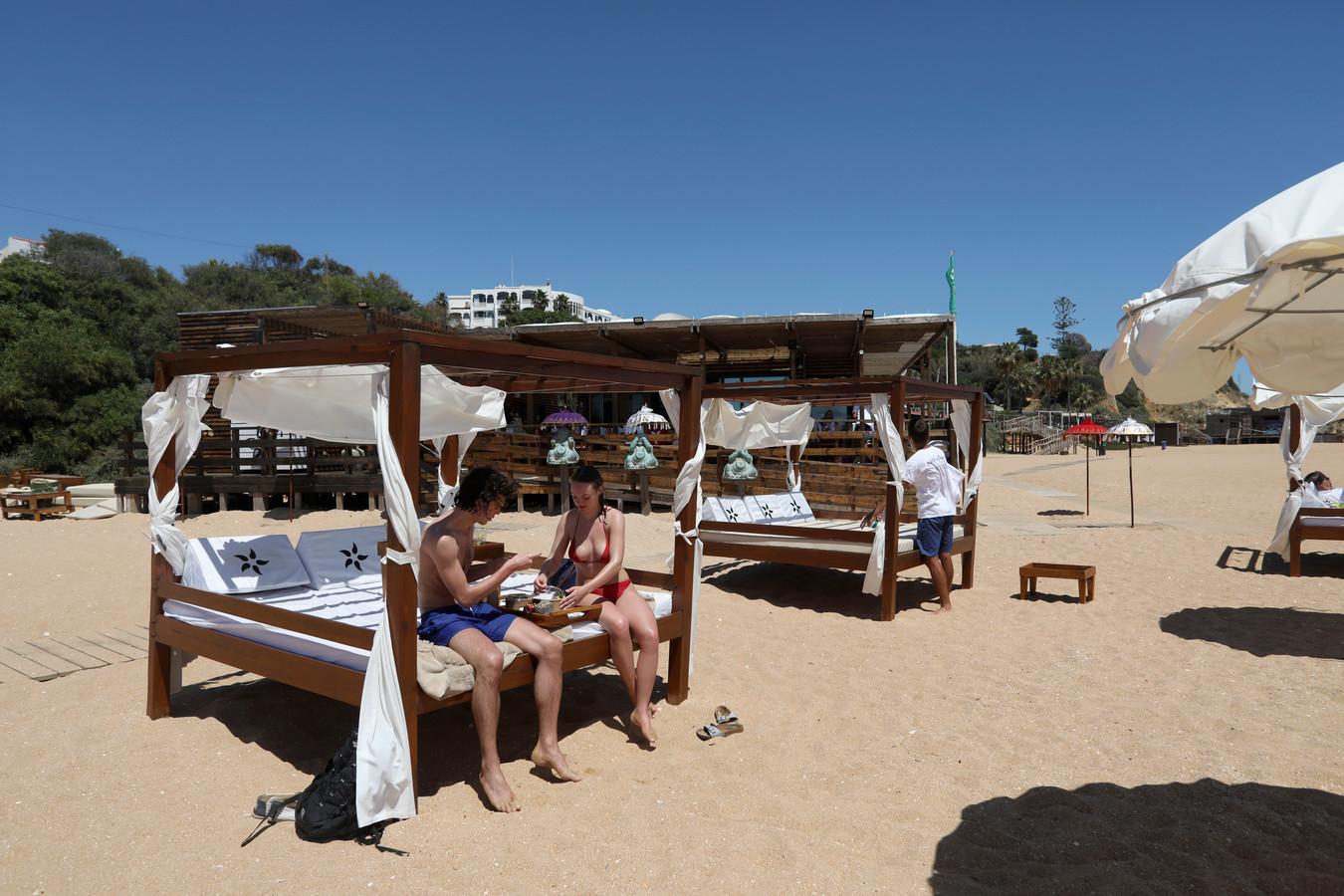 Toeristen op het strand van Albufeira aan de Algarve.