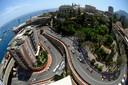 De zesde ronde van de Grand Prix van Monaco in 2009 bij de beroemde hairpin van het straatcircuit. Jenson Button rijdt vooraan in de auto van Brawn.