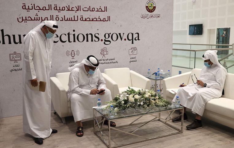 Kandidaten voor de sjoera-verkiezingen registreren zich in Doha. Beeld AFP