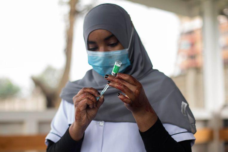 Verpleegkundige prepareert een vaccinatiespuit in het Mbagathi ziekenhuis in Nairobi, Kenia. Beeld Getty Images